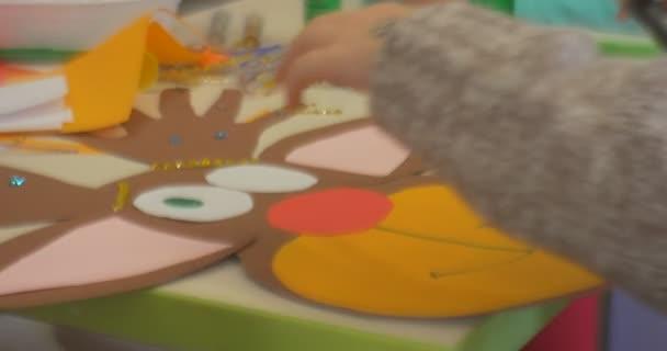 60bcddf4a7 ΒΟΗΘΗΤΙΚΟ χέρια σημεία σε ένα χαρτί ελάφι μάτι παιδικά χρώματα χέρι ...