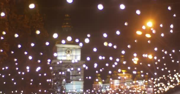 Uhr Turm einer Kathedrale goldene Kuppel dunkler Himmel unter einem Lampenlicht Netz-Panorama Sofia Quadrat Neujahrsfeier Weihnachtsmarkt Kiev Ukraine