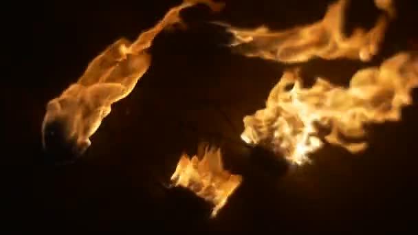 Mužské ruce jsou uvedení oheň ven na zem oheň pochodně jsou zpomalené Orange kontinua hoří v noci venku tma Fire jazyky