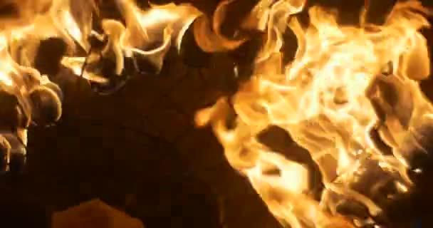 Málo ohně pochodně na kov dráty jsou hořící zpomalené ruce dal pochodeň a vzít pryč oranžový oheň hoří v noci venku tma