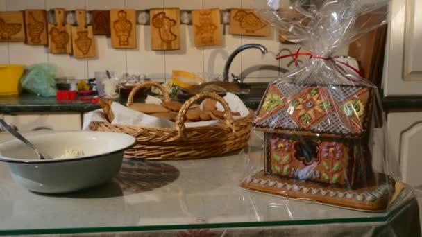 Ház-torta csomagolva polietilén kosár keksz-sütés formák ott lóg a falon ház alakú tortát díszített Mastique karácsonyi ajándékok házi