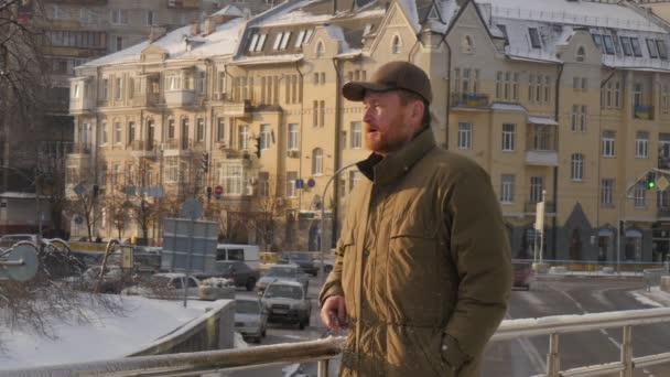 Een Winters Balkon : Man wrijft over zijn lichaam met sneeuw op een balkon zonnige dag