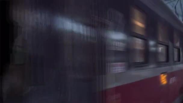 Lidé pod střechou, na stanici červený vlak přijíždí vlak je opouští vozy úzké se Hyperlapse Titelapse železniční vlaky budovy městské ulice