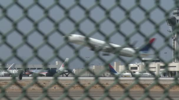 Letadlo startuje na letišti