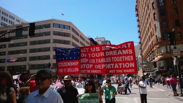 Stovky lidí na přistěhovalectví Rally