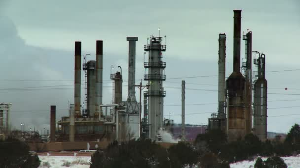 Komíny z rafinérie ropy vyzařují kouřit