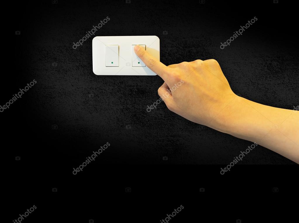 Mann Hand schalten Sie einen Lichtschalter auf Zement-Hintergrund ...