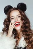 Fotografie Krásná holka s hnědými čokoládové lesklé vlasy pózuje s ušima, Minnie Mouse