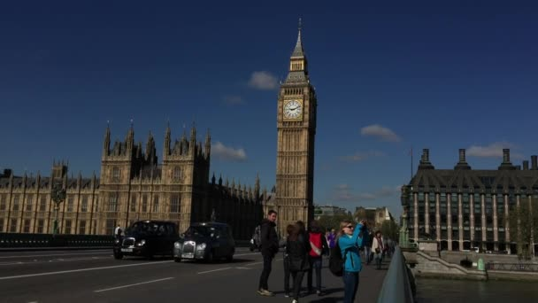 Chodci na Westminster Bridge s Big Ben Londýn
