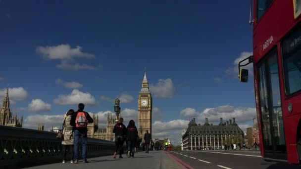 A Westminster Bridge-val Big Ben London gyalogosok