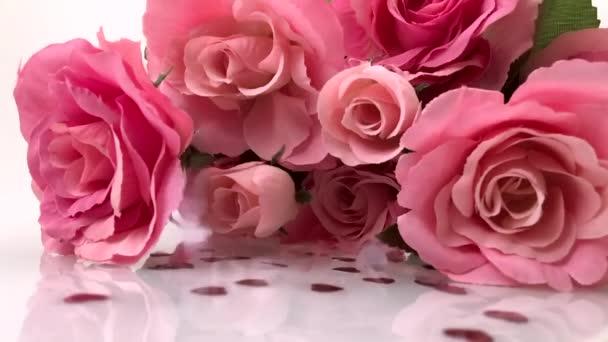Malá Valentýnka prší na růžových růžích