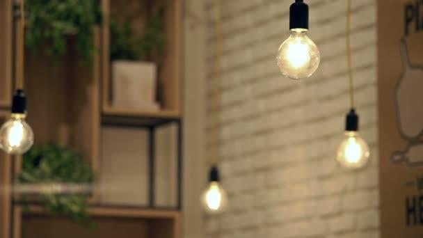 Žárovku přívěšky visí v Cafe