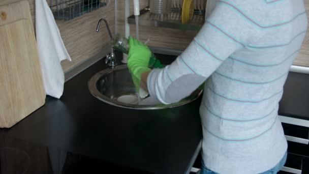 Junge Frau Abwasch in der Küche
