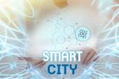Bildunterschrift: Smart City. Unternehmen präsentieren einen urbanen Raum, der Kommunikationstechnologien nutzt, um Daten zu sammeln Lady Holding Tablet Drücken auf virtuellen Knopf Zeigt futuristische Technologie.