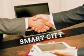 Konzeptionelle Präsentation Smart City. Internet-Konzept ein urbaner Raum, der Kommunikationstechnologien nutzt, um Daten zu sammeln Zwei professionelle gut gekleidete Geschäftsleute Handschlag drinnen