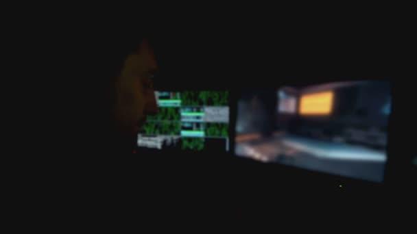 Fiatal ember játszik egy számítógépes játék Action-Shooter