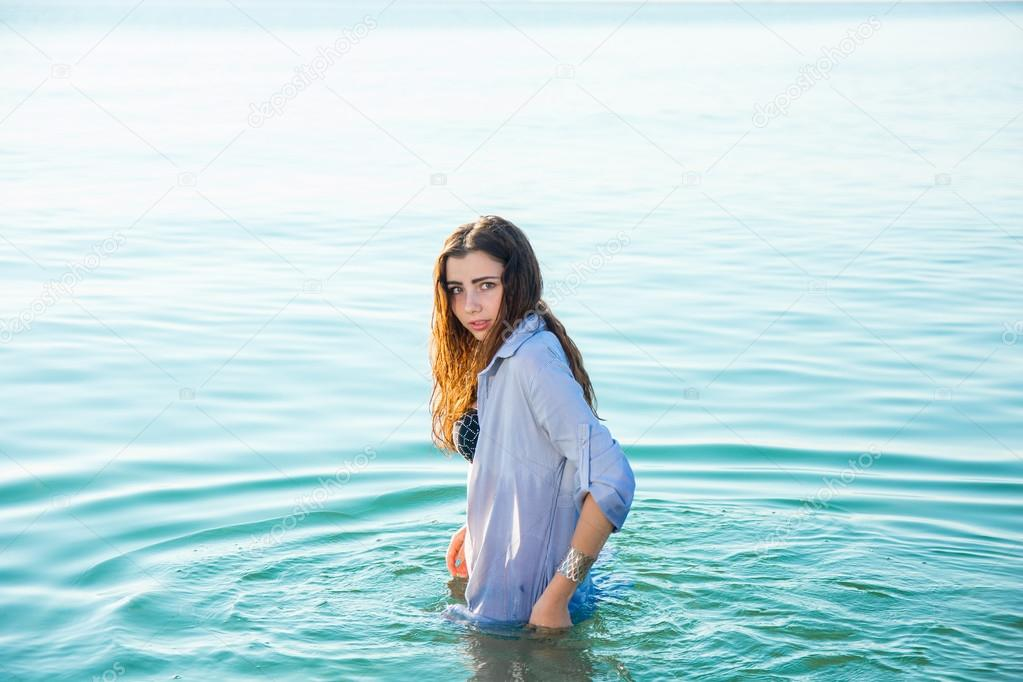 femme sur mer tomber dans l eau en t shirt mouill photographie patramansky 120450968. Black Bedroom Furniture Sets. Home Design Ideas