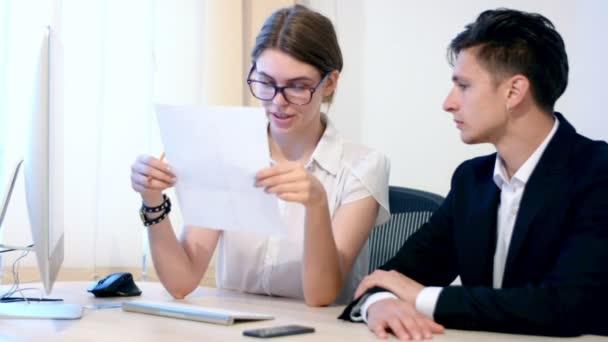 Pracovní proces obchodních žena a kolega obchodník