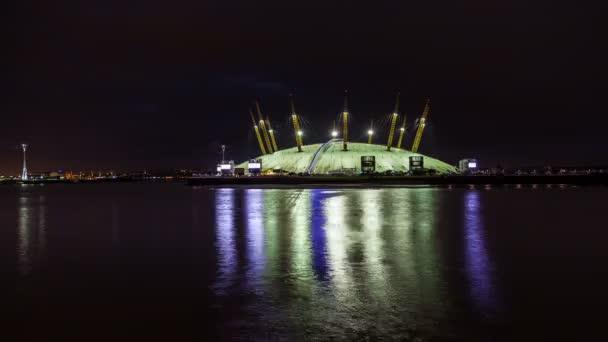 Časová prodleva londýnské Millennium Dome (O2 Arena) s řeky Temže v noci, Londýn, Velká Británie