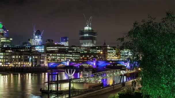 Pohybu časová prodleva Southwark Bridge a londýnské City v noci