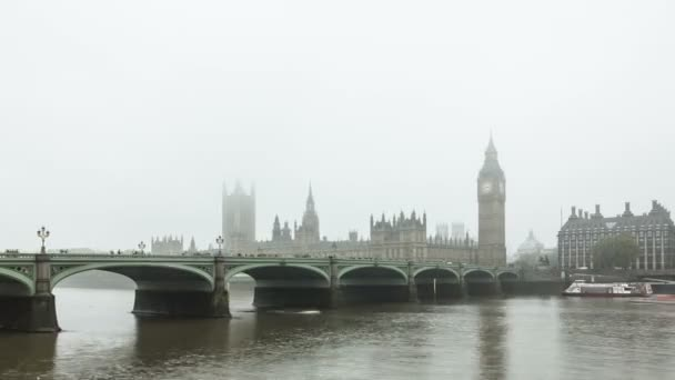 Mlhavé Albion. Čas zániku Westminster Bridge a Big Ben v mlze. Londýn, Velká Británie