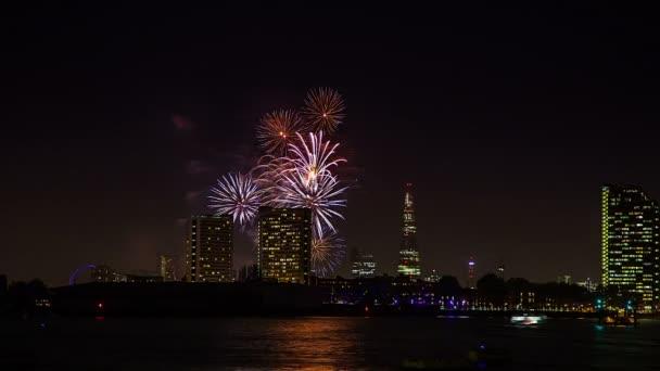 Noční čas tapse ohňostroje, střep a Řeka Temže Londýn, Velká Británie