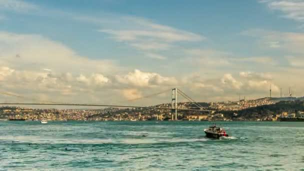 Čas fotografování časosběrných mraky táhnou po modré obloze s Bospor most