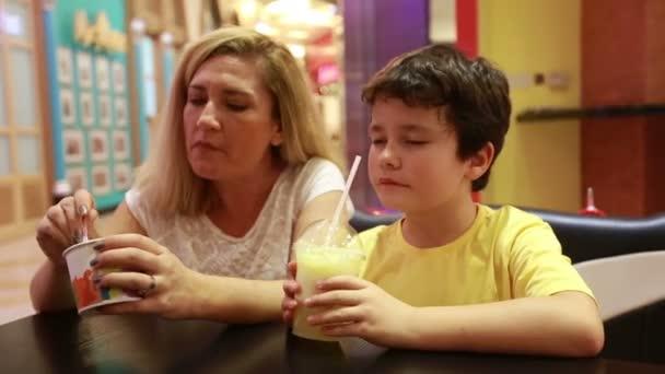 Žena sedí v restauraci se svým synem