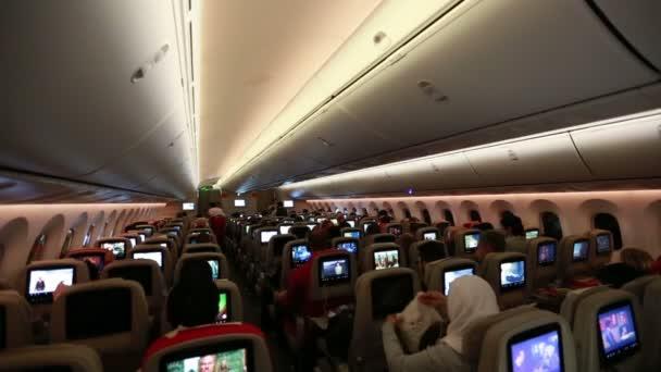 cestující sedí v kabině