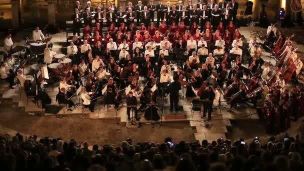 megszűnik a szimfonikus zenekar karmester teljesítményét