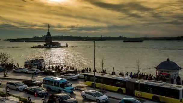 Zeit-Lapse Fotografie-Menschen gehen an der Küste mit Maiden Tower bei Sonnenuntergang