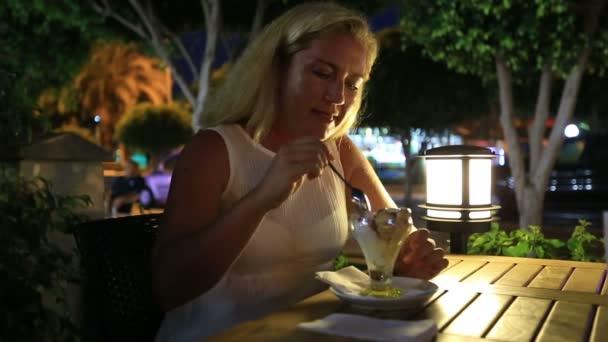blond ženy jíst zmrzlinu
