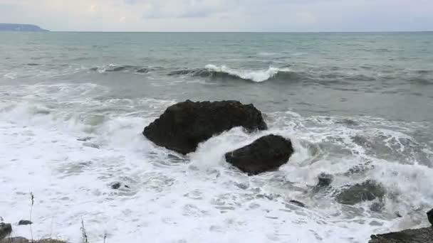 Vihar hullámok lezuhan a szikláknak