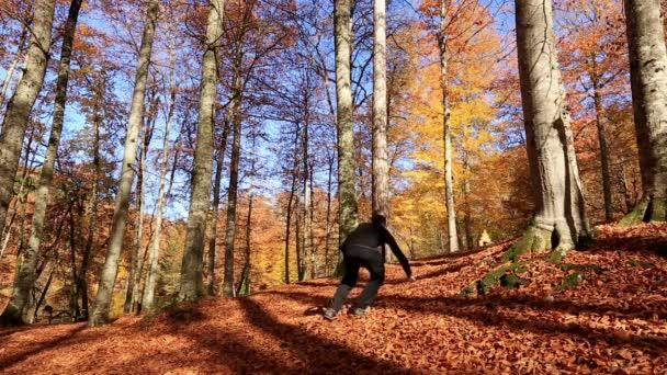 Atraktivní muž zranil při běhu v lese