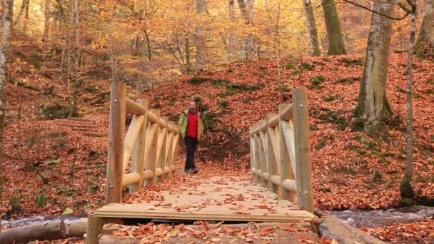 Muž, turistika a předáním mostu v lese