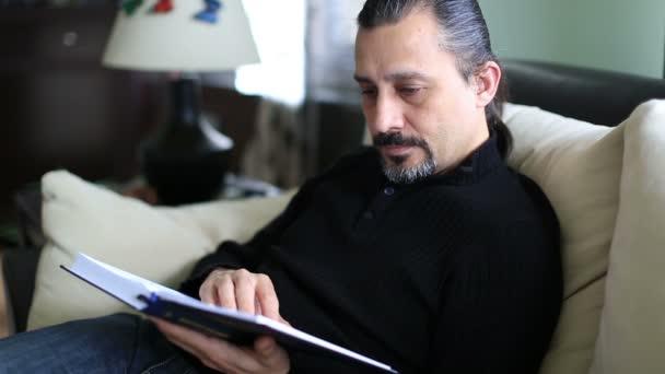 jóképű férfi olvasó könyv és oldal esztergálás