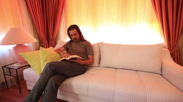 Muž, čtení knih a otáčení stránky 2