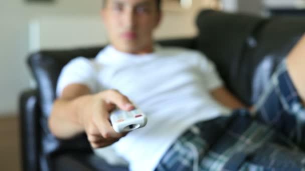 chlapec sledují televizi