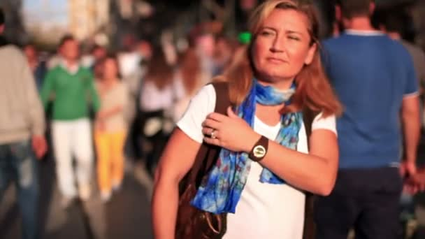 atraktivní krásná světlovlasá žena chůze velmi přeplněné ulice, pomalý pohyb