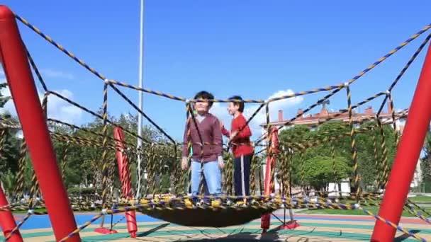 Děti baví na trampolíně