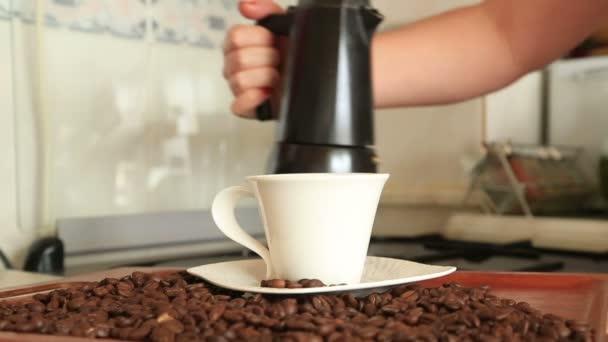 rukou držet výplň hrnec moka kávu do kelímku