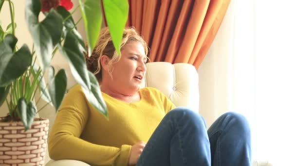 Frau wogenden Bauchschmerzen
