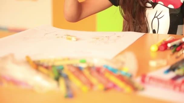 Aranyos kis prescool lány színes ceruza rajz