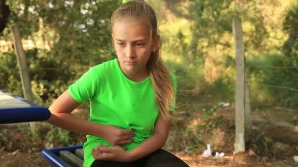 Mladá dívka s bolestmi břicha