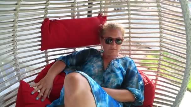 Relaxační žena v houpací síti