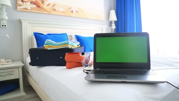 Moderne slaapkamer met groen scherm laptopcomputer — Stockvideo ...