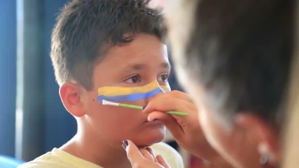 Bir çocuğun Yüz Boyama Stok Video Derinmedia 116015660