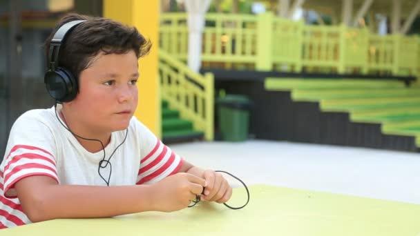 Dítě s sluchátkový poslech hudby