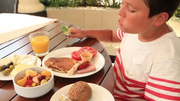 Dítě jíst snídani v zahradě