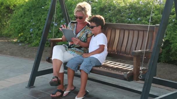 Matka a syn, kyvné a pomocí digitálního tabletu